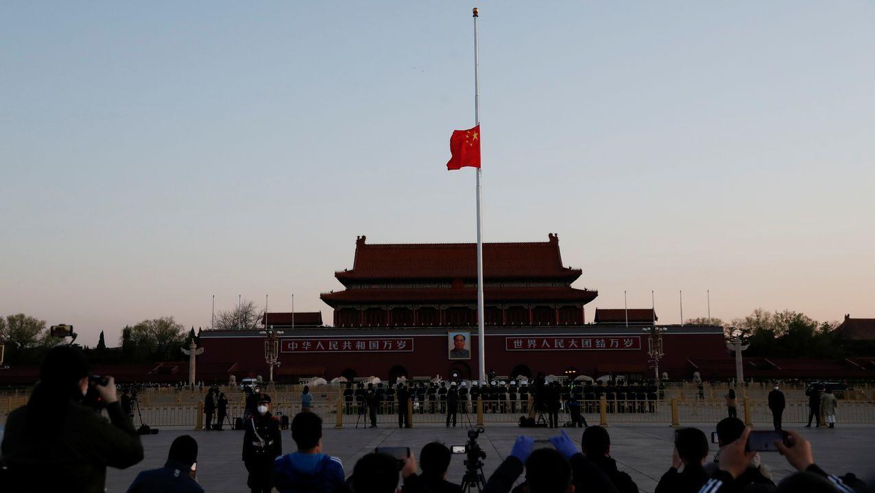 La bandera china ondea a media asta en Tiananmen