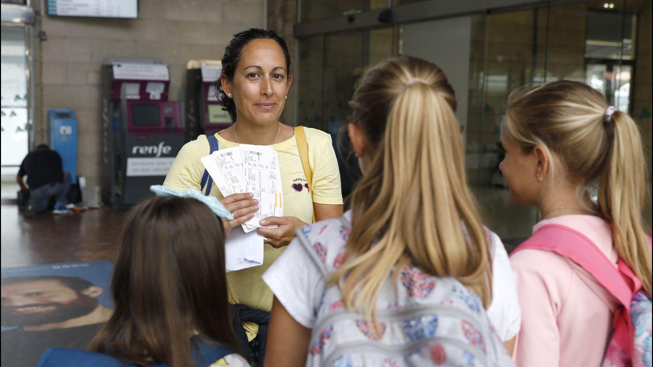 Carmin de la Pola.Familia afectada por la anulación de un tren con destino al País Vasco