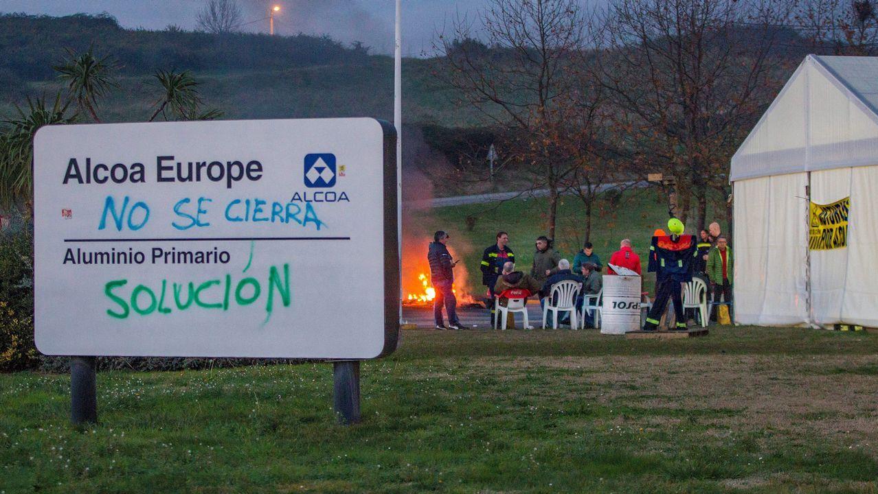 Un trabajador en la fábrica de Asturiana de Zinc (Azsa).Trabajadores de Alcoa durante la asamblea celebrada en Avilés donde los representantes de los empleados de la planta asturiana y de la A Coruña