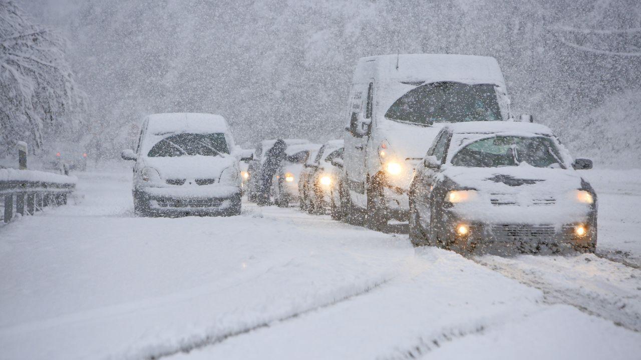 Fueron muchos los vehículos con problemas para circular cuando la nevada fue más intensa