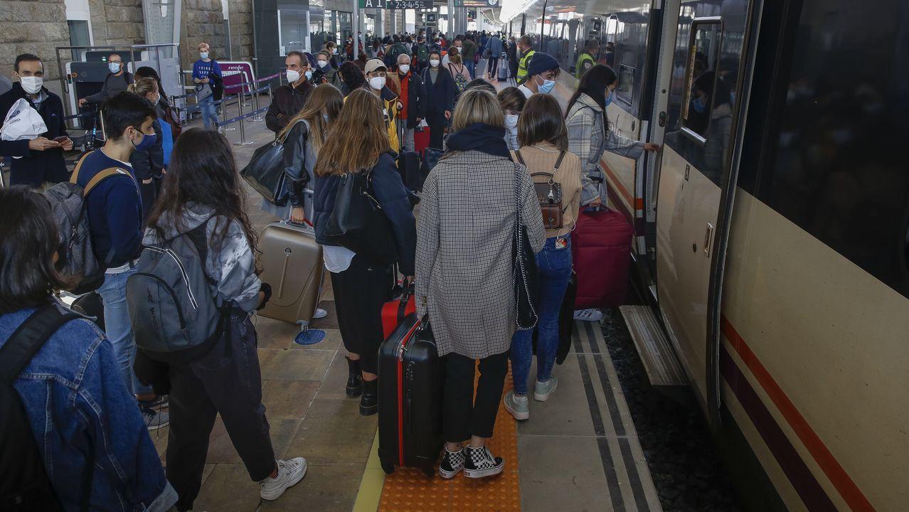 Estudiantes en el andén de la estación de Santiago