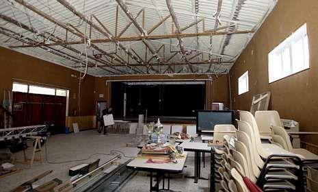 Imagen de las obras para reparar el techo que se están acometiendo en el local.