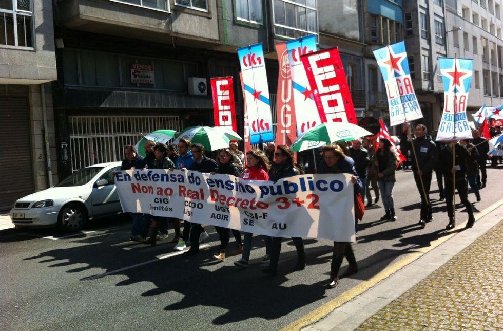 La manifestación estudiantil reunió a varias decenas de personas en la Ronda da Muralla.