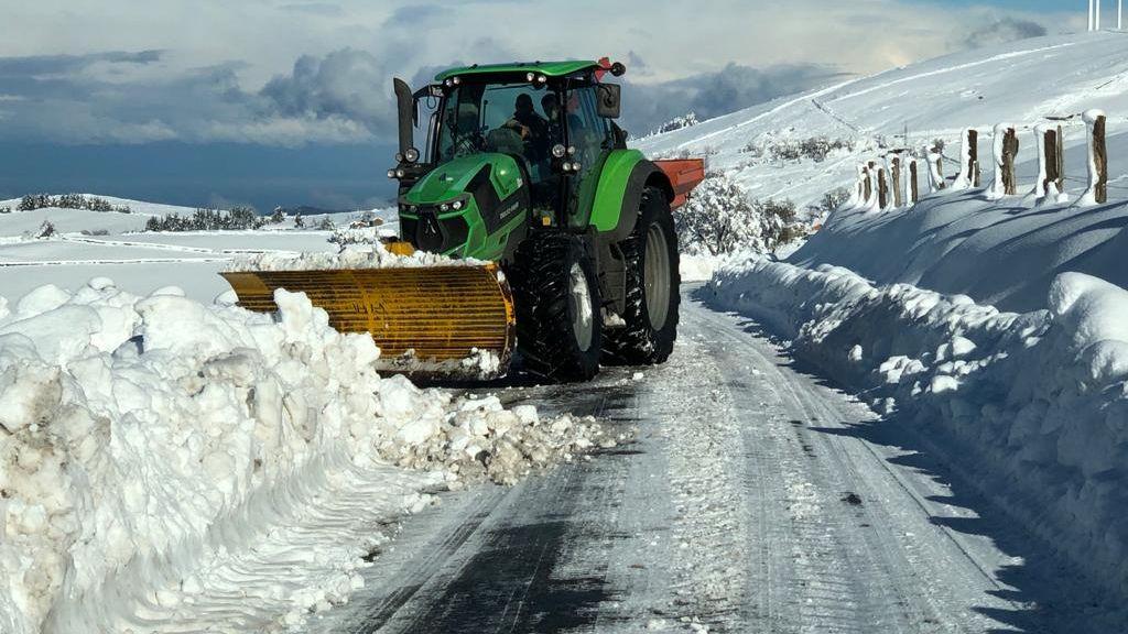 Así despejan la carretera de nieve en Tineo.Ocupación de camas UCI en Asturias