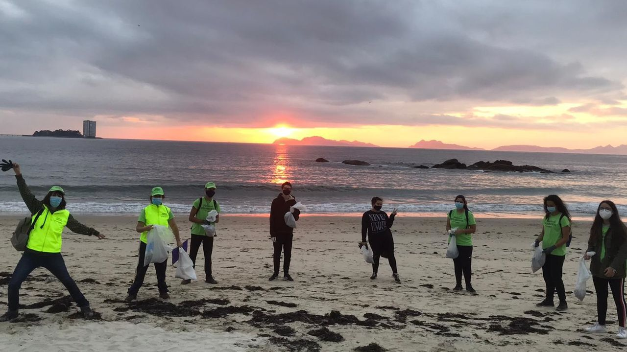 Salvamento Marítimo rescata a dos piragüistas frente a la playa de Santa Cristina