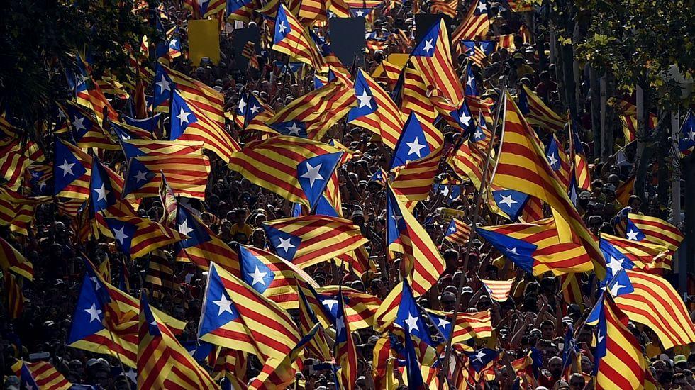 La BBC desnuda las contradicciones del independentismo catalán.El líder de UDC, Josep Antoni Duran Lleida, deposita su voto en el colegio electoral situado en el Centre Cívic Casal de Sarrià de Barcelona