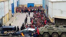 Con tanques en la playa: el Ejército intenta frenar la entrada masiva de inmigrantes a Ceuta.Cerca de medio millar de barbanzanos de entre 60 y 65 años recibieron ayer la primera dosis de AstraZeneca en el hospital comarcal, y hoy se continuará con otros 900