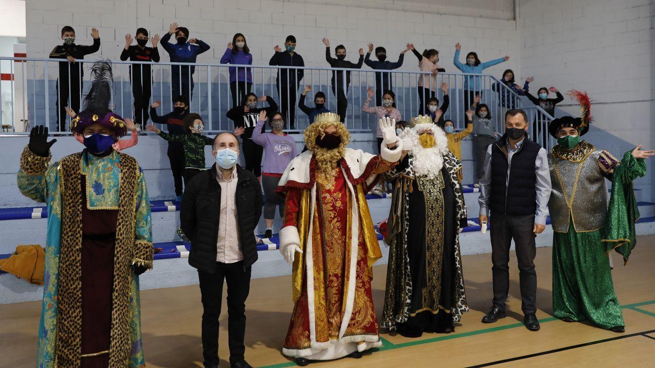 Como no se puede celebrar la cabalgata los Reyes (en la imagen en una visita a un colegio) estarán en el auditorio