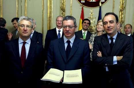 Ruiz-Gallardón recibe las propuestas de los presidentes de las comisiones de la Ley Orgánica del Poder Judicial, Luis María Díez-Picazo (izquierda) y de la Ley de Enjuiciamiento Criminal, Manuel Marchena.