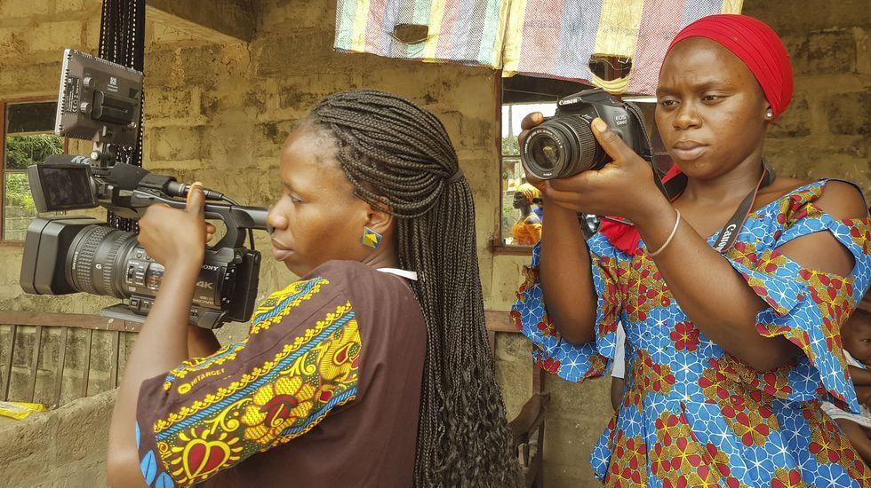 Dos alumnas de audiovisuales de la escuela de Fandema