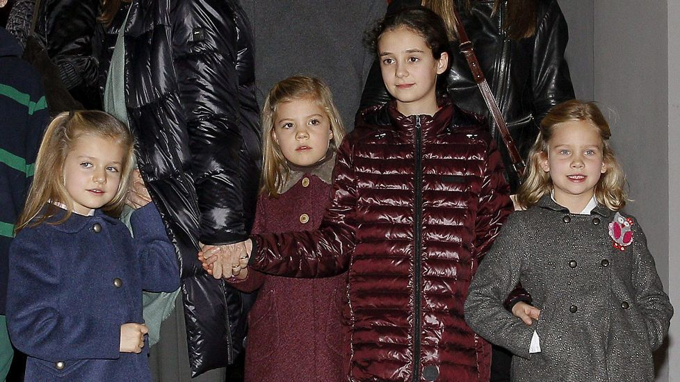Junto a sus primas, Victoria Federica e Irene en un musical en diciembre del 2012.