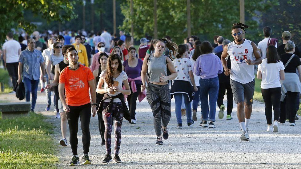 Miles de personas salen a pasear en Pontevedra en el segundo día de la desescalada
