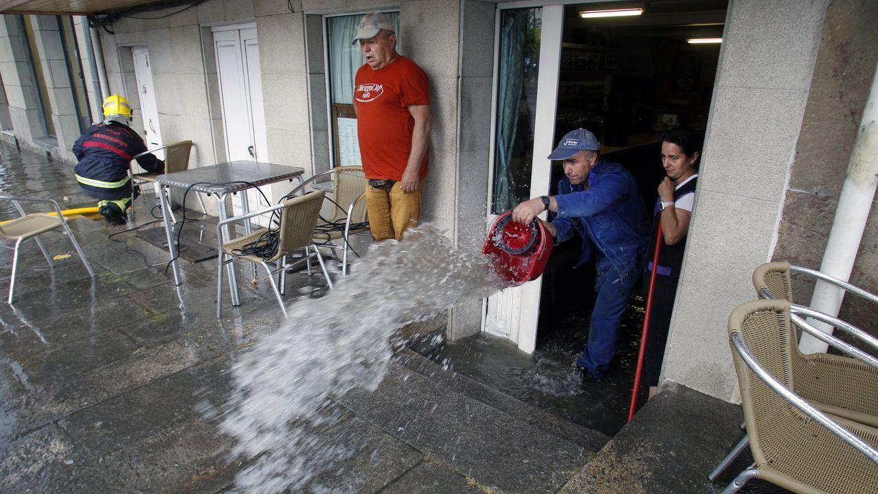 Los propietarios de un local de hostelería del Paseo da Compañía achican agua tras la tormenta