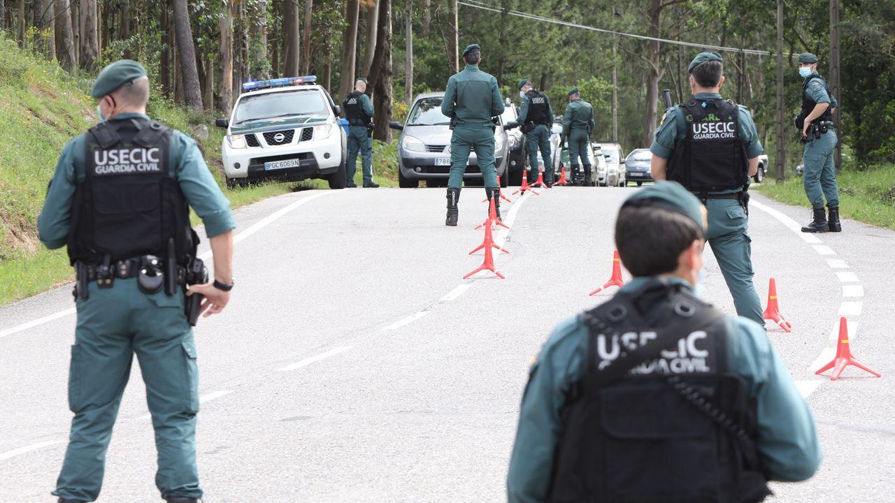 Tensión entre los bateeiros de Arousa y los percebeiros de Cangas.Una ambulancia, en un traslado en el Hospital Montecelo de Pontevedra durante la pandemia