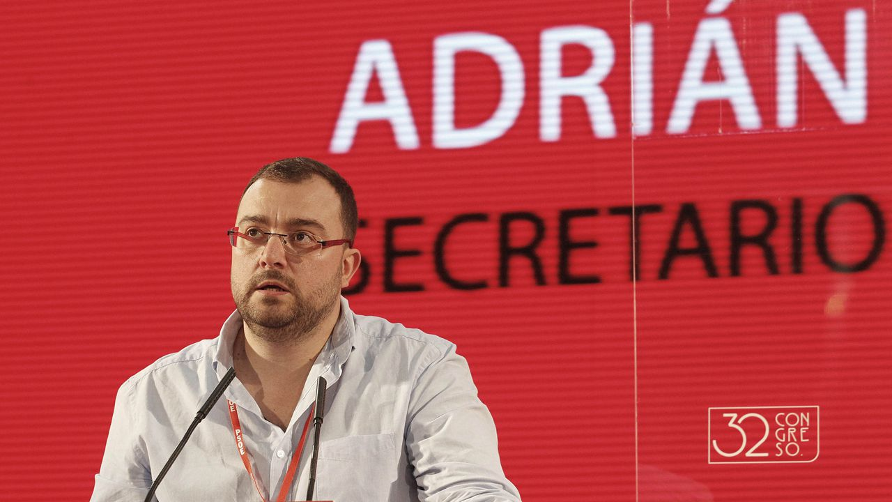 El presidente del Principado, Javier Fernández, atiende a los medios de comunicación.El secretario general de la FSA, Adrián Barbón