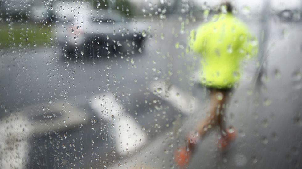 Un corredor haciendo deporte bajo la lluvia