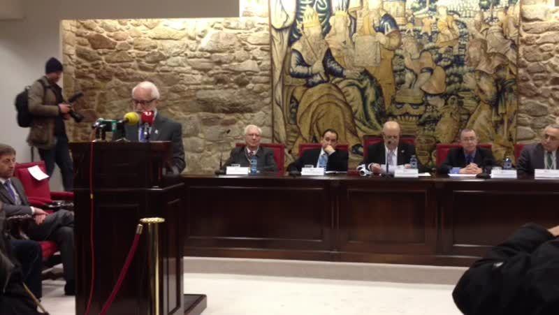 Xosé Fernández Ferreiro toma posesión como membro da RAG.Xosé Luís Méndez Ferrín recibe a aperta de Manuel Rivas, onte, no salón de actos da Real Academia Galega.