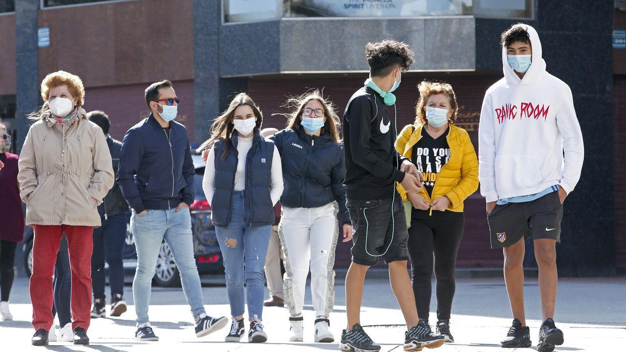 Gente con mascarilla en una calle de Pontevedra