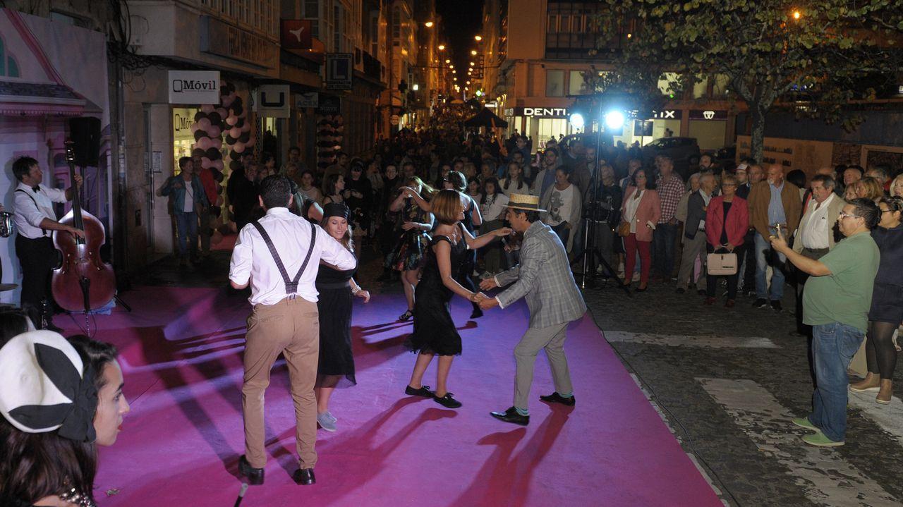 Ferrol celebra su noche más fashion.La gran calabaza en su escaparate