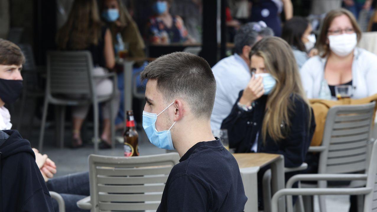 Menos humo y más mascarillas en las calles de A Coruña