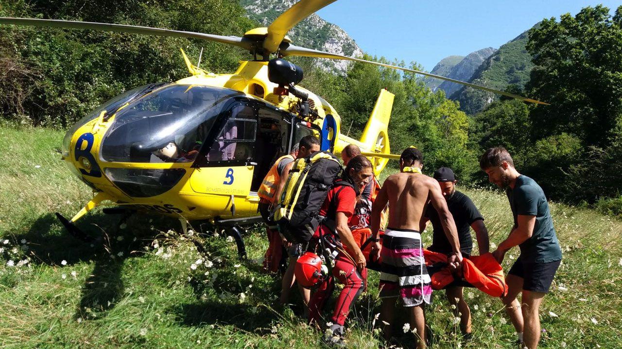 Monterrei presume de vino.El helicóptero de Emergencias evacúa a un joven tras una hidrocución en el río Dobra, en Amieva