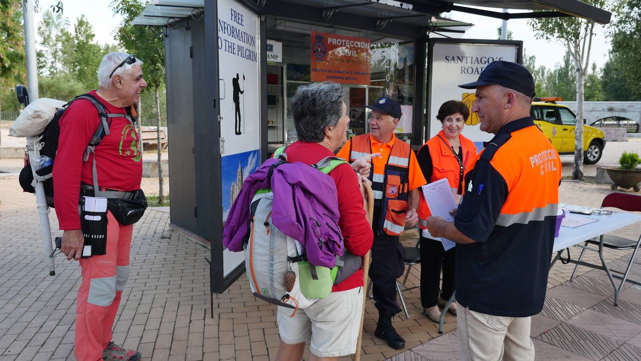 Voluntarios de Protección Civil informan a los peregrinos
