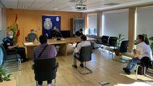 La reunión con los vecinos de Pelamios por el problema de las okupaciones de viviendas se celebró en la comisaría de Santiago