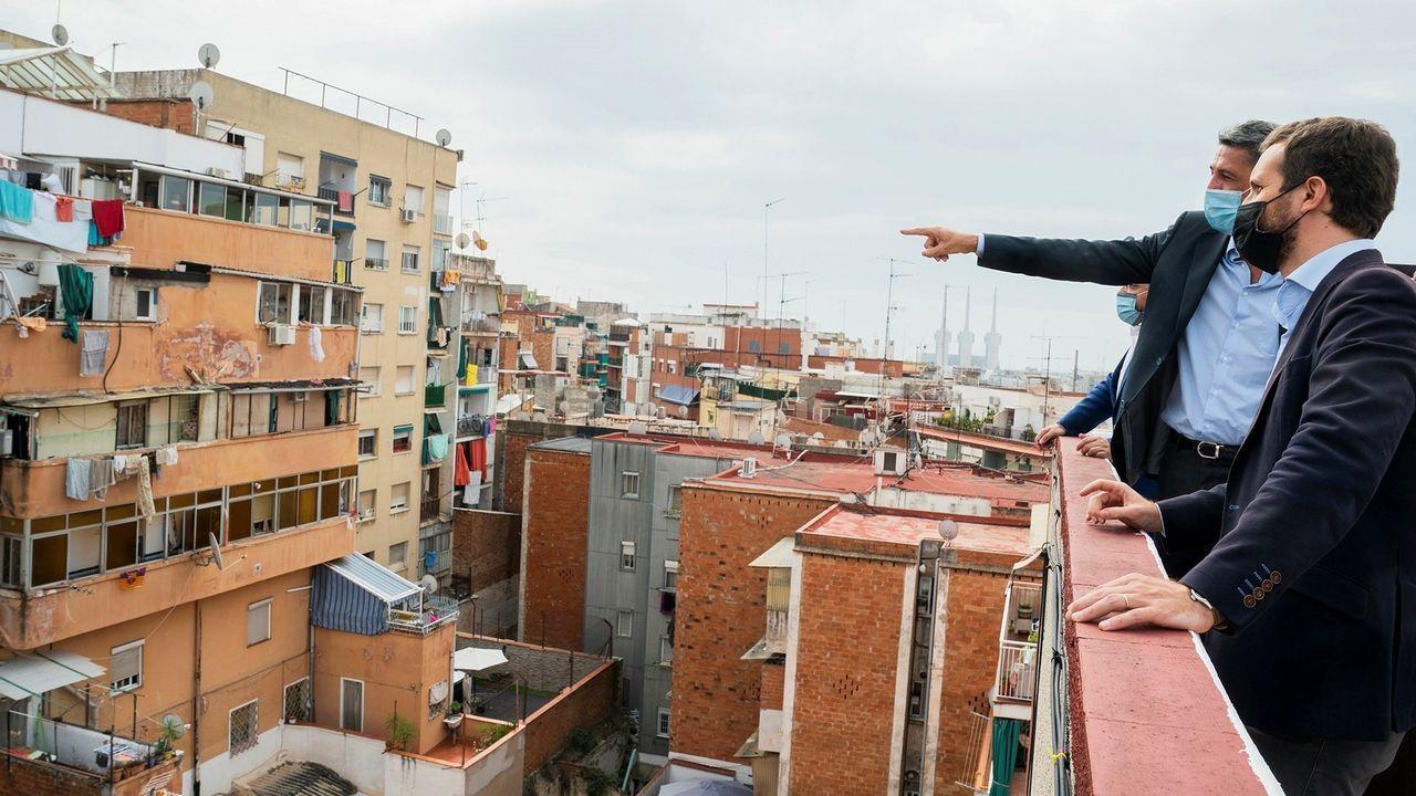 Pablo Casado, el pasado 17 de agosto en Badalona, visitando un bloque de viviendas afectado por okupas