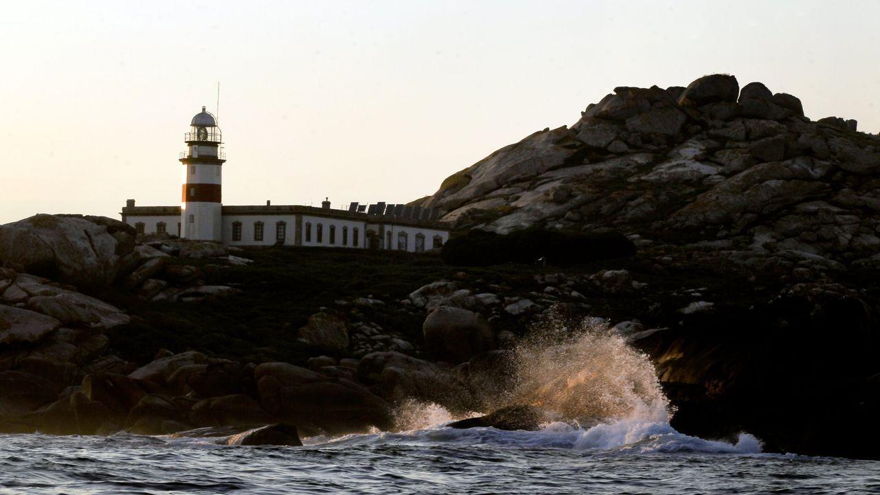 Un grupo de orcas ataca a un velero de la Armada española a dos millas de Corrubedo.Entre otras obras, en la escuela de Comoxo están liberando un aula para ganar más espacio
