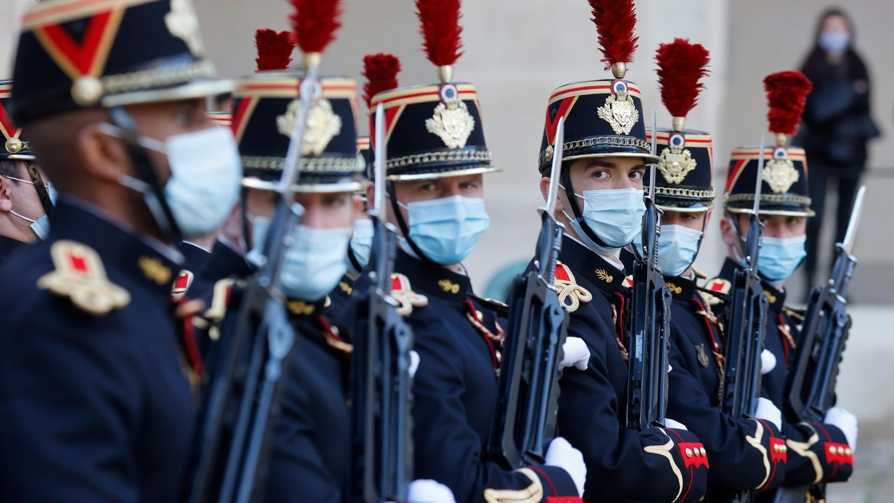 Guardias republicanos con mascarilla en la capital de Francia, cuya Asamblea Nacional ha aprobado la prórroga del estado de emergencia sanitaria hasta el 16 de febrero