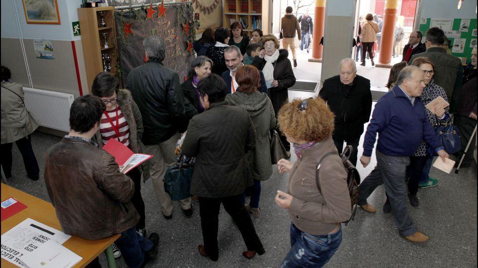 Jornada electoral en Barbanza.Olalla Rodil, a la izquierda, votando en Lugo con su hermana en la mesa