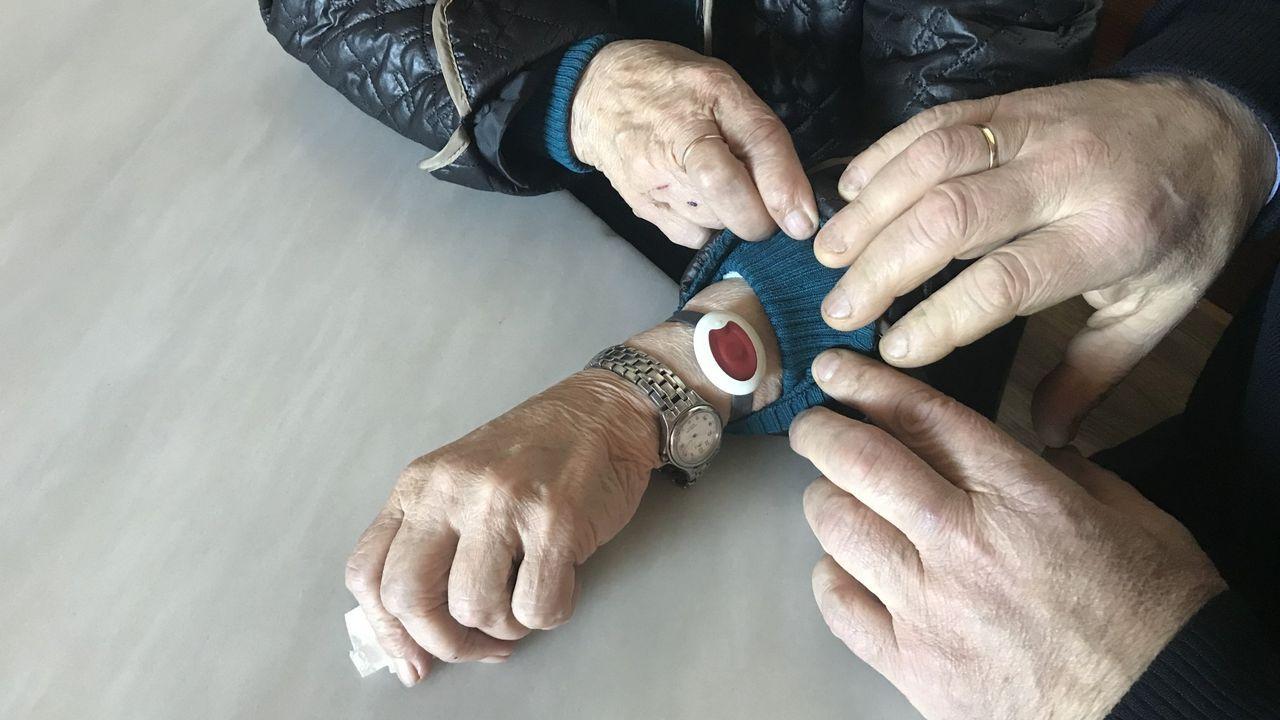 En la imagen, Julio Pedre, uno de los «makers» de Ferrolterra que está fabricando viseiras de protección facial mediante impresión 3D
