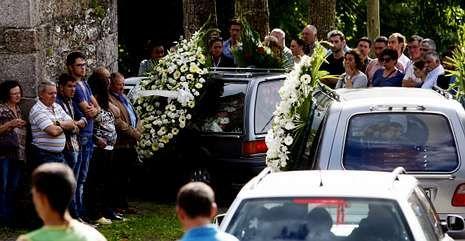 Familiares, amigos y vecinos asistieron al funeral oficiado en la iglesia de Valonga, en Pol.