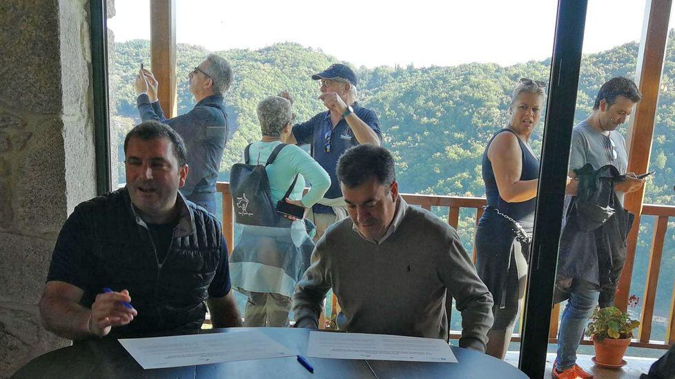 Los escolares reforestan A Peroxa.Román Rodríguez (derecha) y David Palacios, en la firma del documento de adhesión en Vía Romana