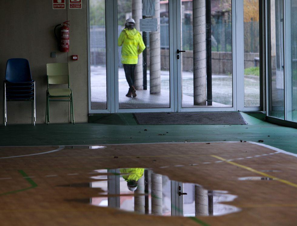 La pista del pabellón del instituto Cabanillas (Cambados) lleva varios días con charcos.