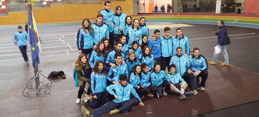 Los equipos masculino y femenino de la Gimnástica, tras la prueba.