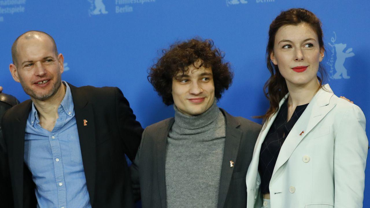 Lapid, a la izquierda, con los actores Quentin Dolmaire y Louise Chevillotte