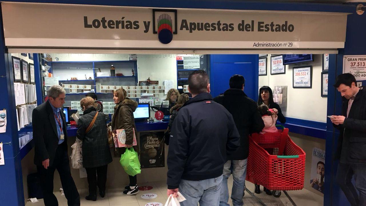 Todas las fotos del sorteo de la Lotería de Navidad.El 21.015, el segundo premio. 1.250.000 euros a la serie