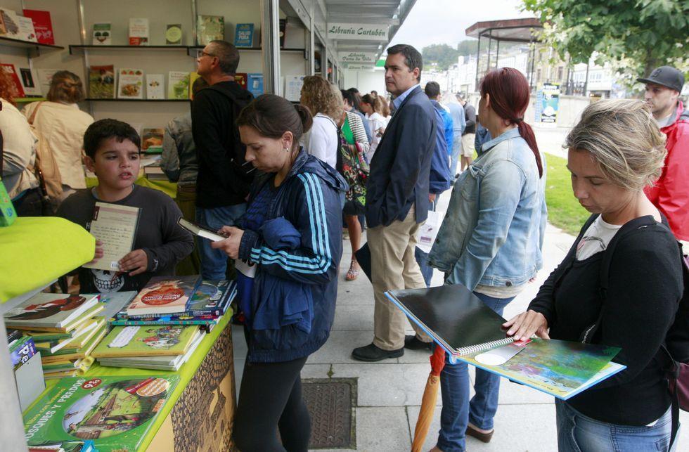 El público acudió a visitar los puestos de la feria del libro viveirense.