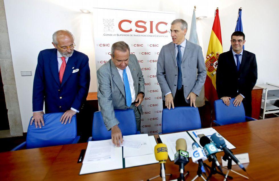 Francisco Conde (segundo por la derecha) el día que anunció en Pontevedra la postura sobre Elnosa.