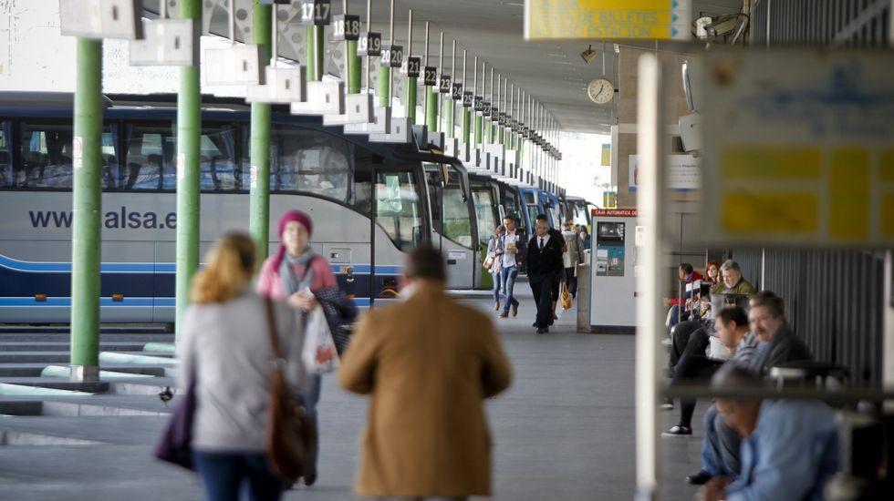 Asturias recupera la normalidad.Vista del tren Alvia a su llegada a la estaciónn de Puente de los Fierros en las laderas del puerto de Pajares (Asturias)