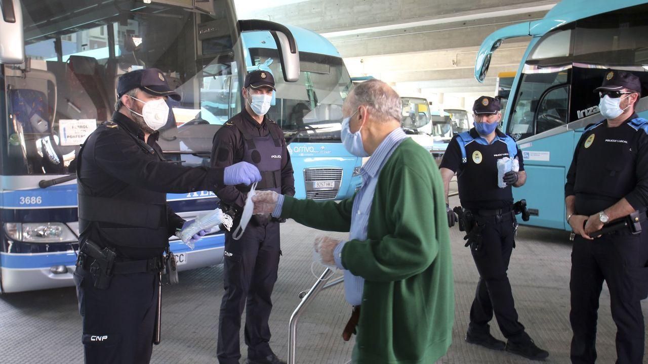 Carmen Avendaño, 30 años a pie de calle.Los agentes de la Policía Nacional y Local de Ferrol, que en la imagen están distribuyendo mascarillas protectoras, se coordinaron para controlar la situación en la ciudad