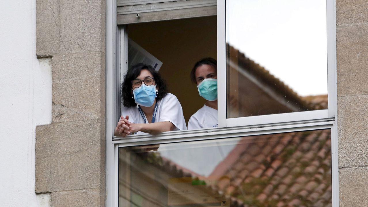 Personal sanitario del Hospital Provincial de Pontevedra, en una ventana del edificio