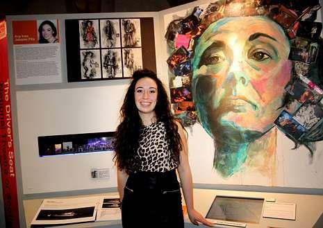 Ana Inés Jabares, con el panel que reproduce su diseño.