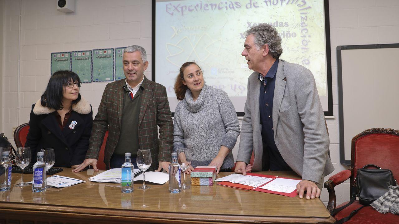 La alcaldesa de Triacastela, Olga Iglesias, con el bastón de mando que talló el fallecido José Luis López Río