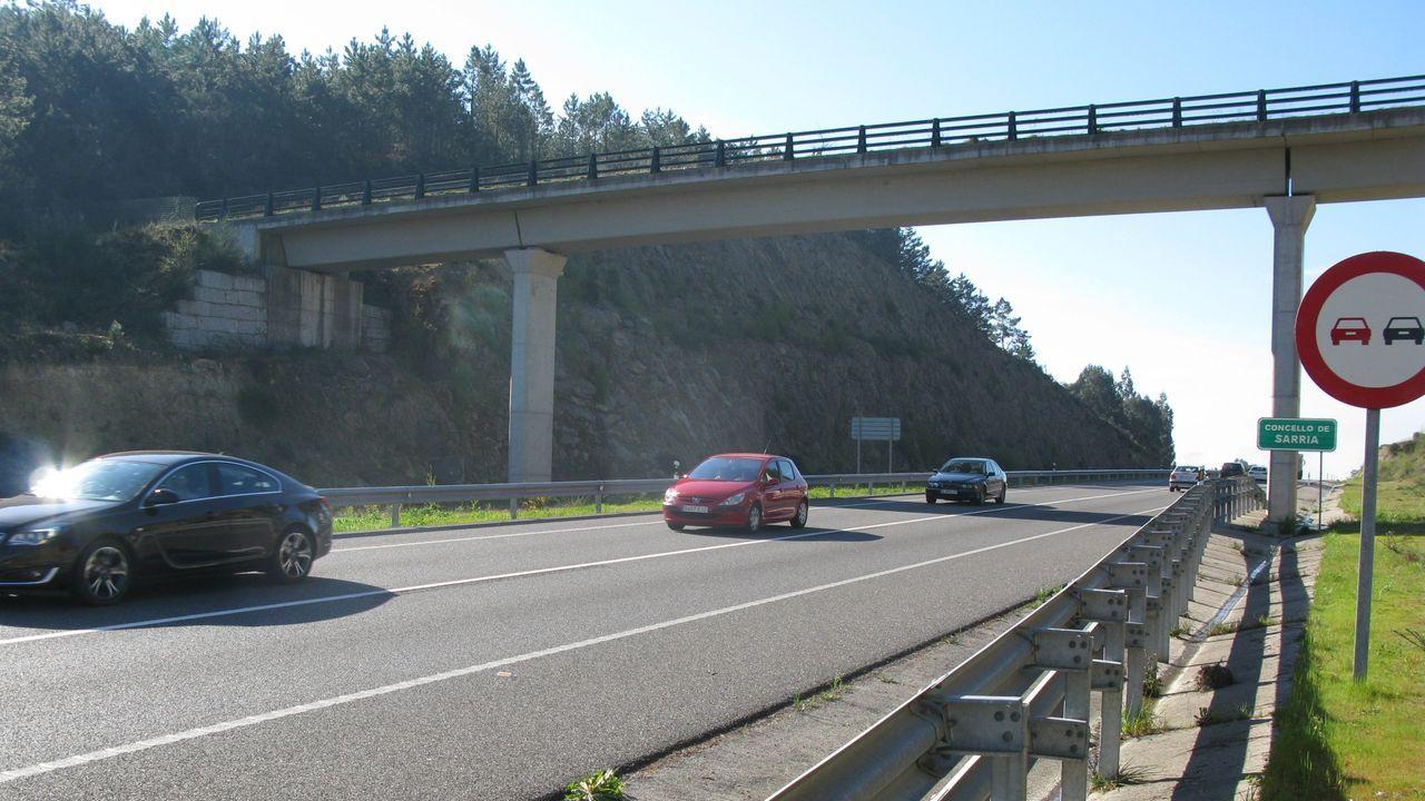 Maleza sin control en zonas urbanas de Santiago.Adjudicado el primer tramo de la autovía a Sarria a una UTE de cuatro empresas