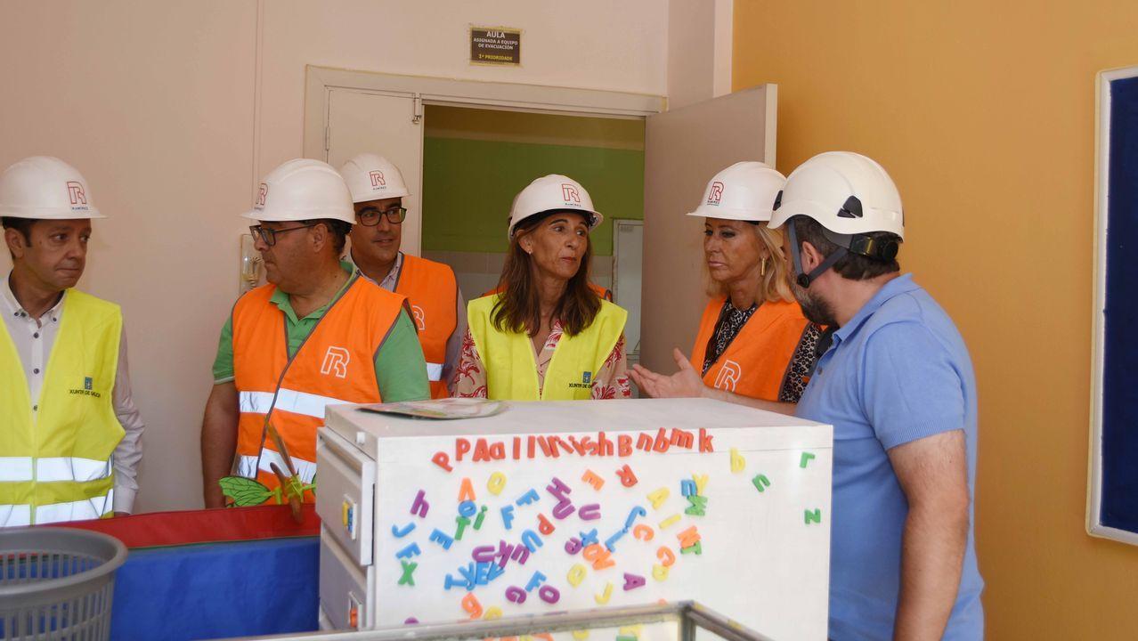 La conselleira de Educación, Carmen Pomar, y la delegada de la Xunta, Corina Porro, supervisan las obras del CEIP García Barbón