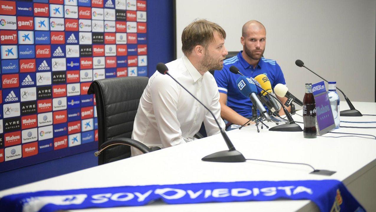 Michu y Ortuño durante la presentación del nuevo delantero azul