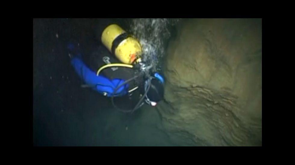 Una inmersión en el lago subterráneo de la cueva de Ceza llavado a cabo en el 2010 por miembros de la asoc iación Axena