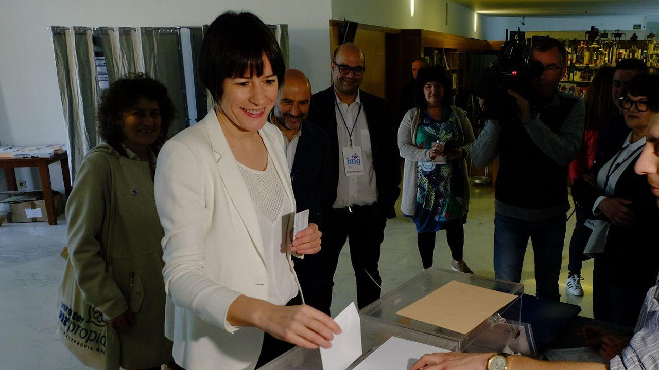 Ana Pontón (BNG) vota en Santiago, en la mesa electoral del CGAC